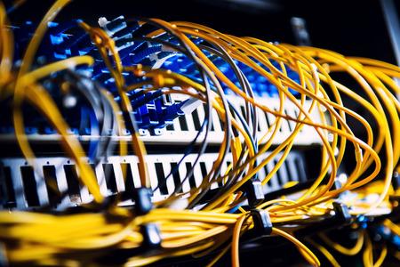 cable red: Equipos de fibra óptica en un centro de datos