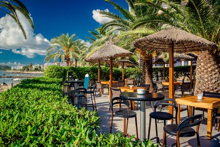 イビサ島、スペイン東部で空のオープンエアのレストラン