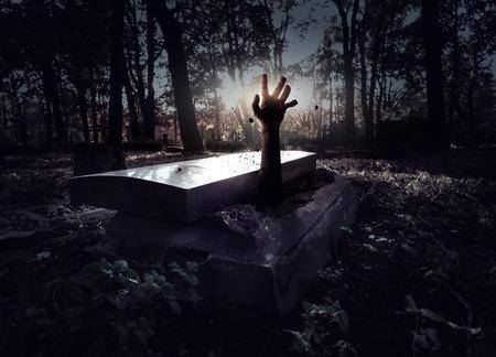 demonio: Mano levantándose de la tumba Foto de archivo