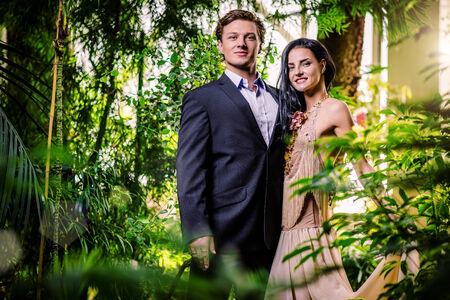 fashionable couple: Hermosa pareja de moda en un bosque Foto de archivo