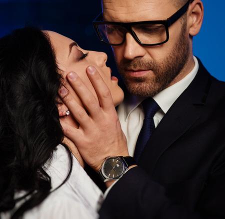 pareja apasionada: Retrato de una morena sensual y apuesto hombre de negocios Foto de archivo
