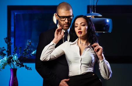 parejas sensuales: Morena sensual y apuesto hombre de negocios
