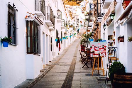 Mijas, Espagne- Janvier 05, 2014: Charme blanchi rue étroite à Mijas bordé de cafés, restaurants et boutiques de souvenirs. Mijas est un charmant village blanc andalou sur la Costa del Sol. Espagne Banque d'images - 39323477