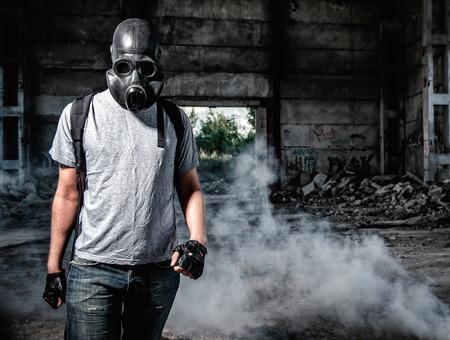 mascara de gas: Hombre en una máscara de gas Foto de archivo