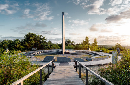 reloj de sol: Salida del sol sobre el reloj de sol. duna Parnidis, Istmo de Curlandia en Lituania.