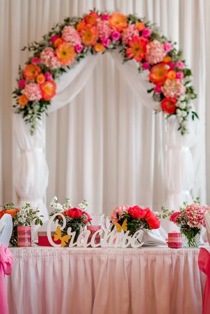 結婚式: 美しい結婚式の装飾。結婚式のアーチとレストランで結婚式のバンケット テーブル