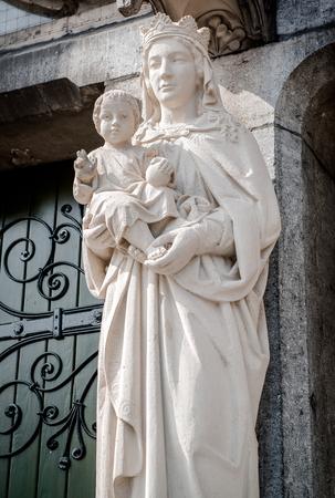 virgen maria: Estatua de la Virgen Mar�a y Jesucristo. Eindhoven, Holanda