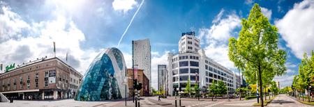 personas en la calle: Eindhoven, Países Bajos - 24 de mayo de 2015: Vista panorámica de la antigua fábrica de Philips y la arquitectura futurista moderno en el centro de la ciudad de Eindhoven. Europa oriental