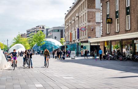 Eindhoven, Nederland - 24 mei 2015: Mensen lopen in de Eindhovense plein. Het is een van de meest bekende plaats in de stad met tal van restaurants, winkelcentra, bars, winkels en clubs Redactioneel