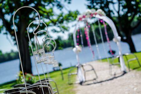 結婚式: 湖畔の結婚式。結婚式のアーチと装飾、セレクティブ フォーカス 写真素材