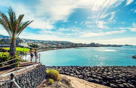 Tenerife, Canarische Eilanden- 20 december 2014: Schilderachtige mening van het Fanabe strand aan de Costa Adeje. Tenerife. Canarische eilanden. Spanje Redactioneel