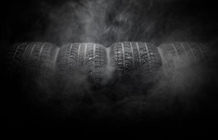 humo: Primer plano de los neum�ticos para autom�viles de humo sobre el fondo negro