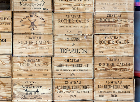 vino: Eindhoven, Países Bajos-26 de de mayo de, 2015: Ventana del departamento de la tienda de licores. Las cajas de madera con el vino Editorial