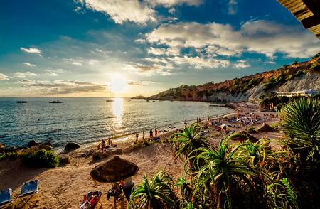 カラ d'Hort ビーチの夕暮れ時。バレアレス諸島。イビサ島