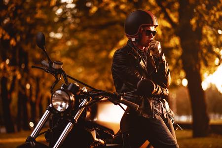 motociclista: Motociclista con una motocicleta caf�-racer aire libre