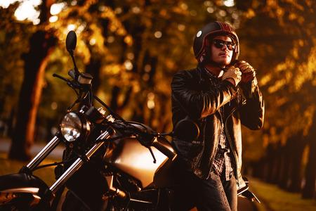 motor race: Motorrijder met een café-racer motorfiets buitenshuis Stockfoto