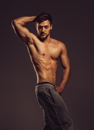 nudo maschile: Atletico giovane uomo in posa, girato in studio