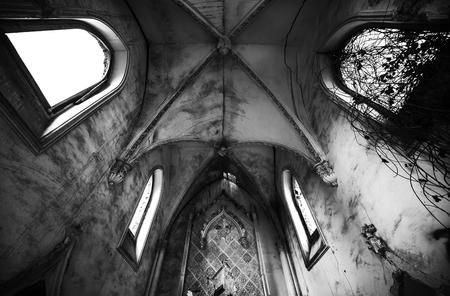 A l'intérieur de la vieille église en ruine. Image en noir et blanc