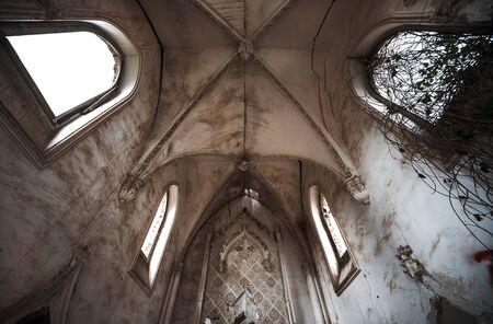 monasteri: All'interno della vecchia chiesa in rovina Archivio Fotografico
