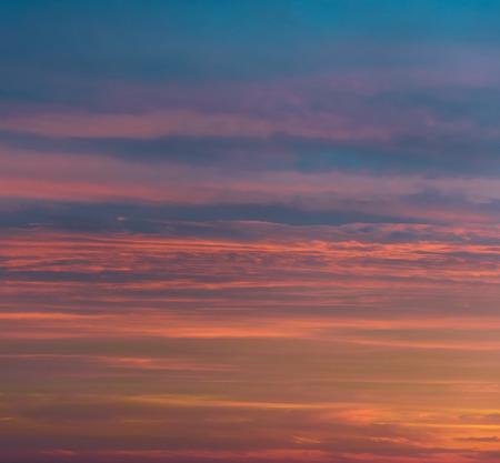 violeta: Hermosa puesta de sol brillante. Colorido cielo nublado. Colores anaranjados, rosados ??y violetas y azules