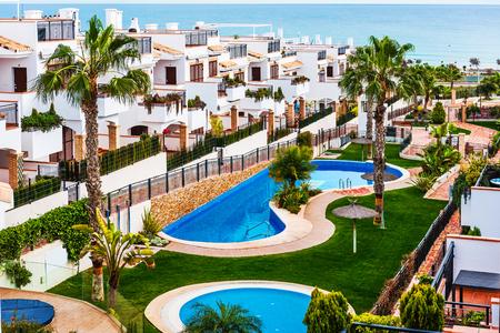 海の近くのスイミング プールと典型的なスペイン タウンハウス。スペイン アリカンテ県