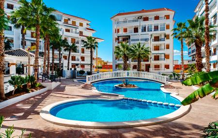 casas residenciales típicos españoles con una piscina. provincia de Alicante, España Editorial