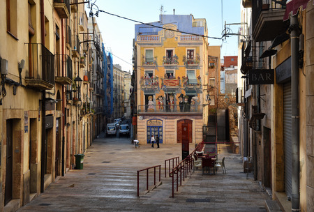 Tarragona, Spanien- 23. März 2016: Straße in der Altstadt von Tarragona. Katalonien, Spanien