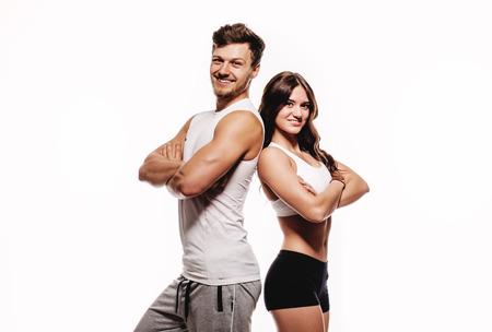 Jeune et belle femme athlétique et l'homme sur fond blanc Banque d'images
