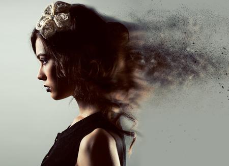 perfil de mujer rostro: Perfil de una mujer joven magnífica. Imagen con un modelo de efectos digitales