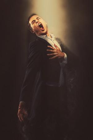 chanteur opéra: Opera chanteur du spectacle. Image avec des effets numériques