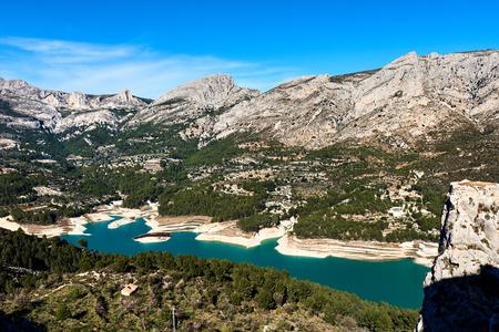 Guadalest Embalse. Hermosa vista del valle con una presa y el embalse. Costa Blanca, Provincia de Alicante. España Foto de archivo