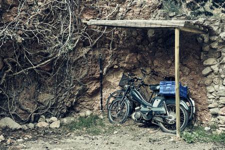motorised: Vieja bicicleta motorizada aire libre Foto de archivo