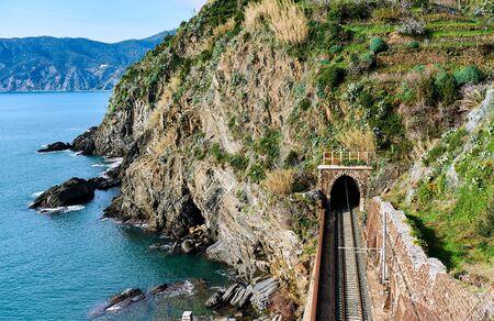 plataforma: Ferrocarril a lo largo de la costa de Liguria lleva al pueblo de Vernazza. Cinque Terre, Italia Foto de archivo