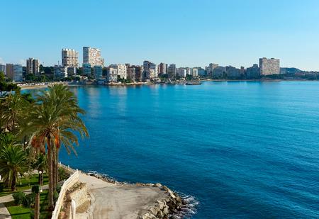 dia soleado: Ver a la línea del horizonte de la Albufereta en el día soleado de invierno. Costa Blanca, Alicante. España