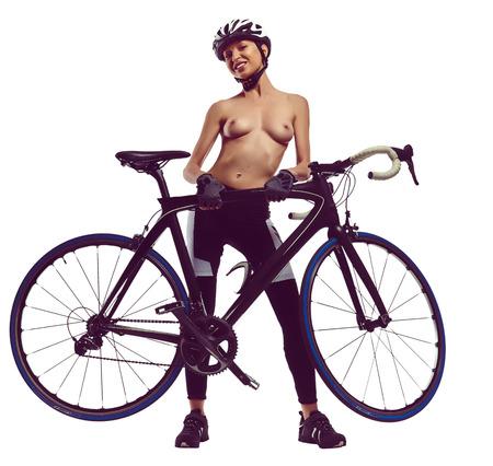 mujeres eroticas: Mujer desnuda con una bicicleta. tiro del estudio, aislado en un fondo blanco Foto de archivo