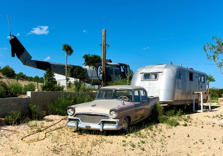 ベニドーム, スペイン - 2017 年 5 月 13 日: 古いヘリコプター、ベニドームのヘリポートに古いアメリカの古典的な車。肋骨 Blanca の観光名所。アリカンテの州。スペイン 写真素材 - 80587013