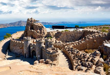Castillitos バッテリーでカルタヘナ、スペイン - 2017 年 9 月 10 日: 観光客。カルタヘナ湾を守った巨大な銃。ムルシア。スペイン