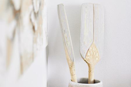 Rames de bateau de décoration en gros plan sur un vase en bois dans la cuisine