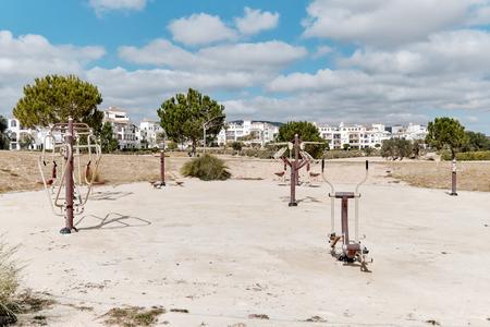 Équipement de fitness en plein air sur la plage de sable dans un parc public pour un mode de vie sain et actif, personne. Ville de villégiature de Torrevieja, Province d'Alicante, Costa Blanca, Espagne