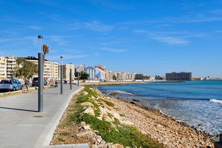 Paseo público vacío paseo junto al mar Mediterráneo en la ciudad turística de Torrevieja, Costa Blanca, Alicante, España