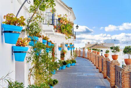 Idyllische Landschaft leer malerische Straße des kleinen weiß getünchten Dorfes Mijas. Weg dekoriert mit hängenden Pflanzen in leuchtend blauen Blumentöpfen, Costa Del Sol, Andalusien, Provinz Málaga, Spanien