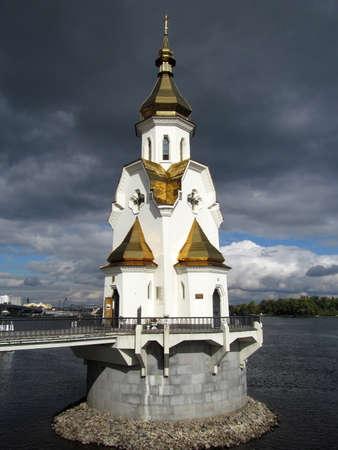 osiągnął: Kościół św Mikołaja, Kijów Ukraina - znajduje się na sztucznej wyspie osiągniętego przez mały most został zbudowany w 2004 roku. Zdjęcie Seryjne