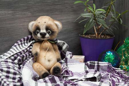 Little felted baby bear on christmas background Imagens