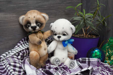 Two felted baby bears on christmas background Imagens