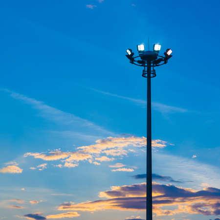 Poste de luz en el fondo del cielo azul Foto de archivo