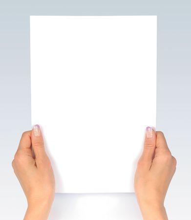 foglio bianco: Femmine mani pulita foglio di carta  Archivio Fotografico