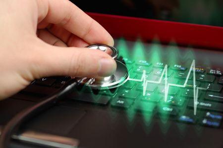 puls: Samce dłoni z Stetoskop nad czarną klawiatury komputera przenośnego
