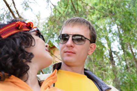 tenderly: Closeup ritratto di una giovane coppia romantica con il marito guardando teneramente la moglie