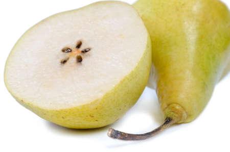 pips: Close-up van een rijpe juciy gehalveerd peer met de sappige vlees, kern en pitten over wit Stockfoto