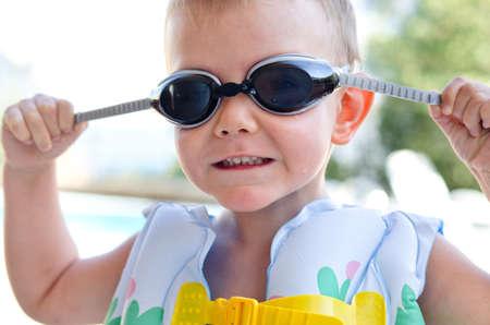 buoyancy: Ni�o peque�o en gafas de nataci�n y un chaleco de flotabilidad de pl�stico inflada en un d�a caluroso de verano